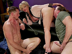 Slutty bombshell blonde MILF Dee Williams in a fetish MMF threesome