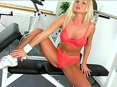 After a session at the gym this kinky babe goes solo toy fucking her muff warmly
