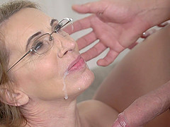 Psychiatrist Viol seduces her client and enjoys his stiff cock