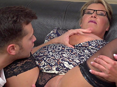 BBW Kim Van Dyke gets her shaved cunt banged on the couch